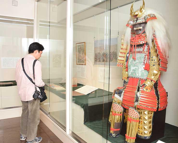 武田信玄の甲冑の複製などが並ぶ企画展