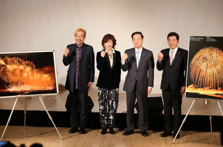 ことしの長岡花火についての記者会見。沢田知可子さん(左から2人目)らが花火に寄せる思いを語った=29日、長岡市大手通1のアオーレ長岡