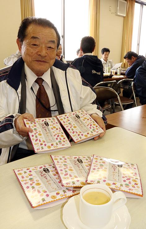 安納芋のポタージュ(手前)とパッケージを手にする山崎社長