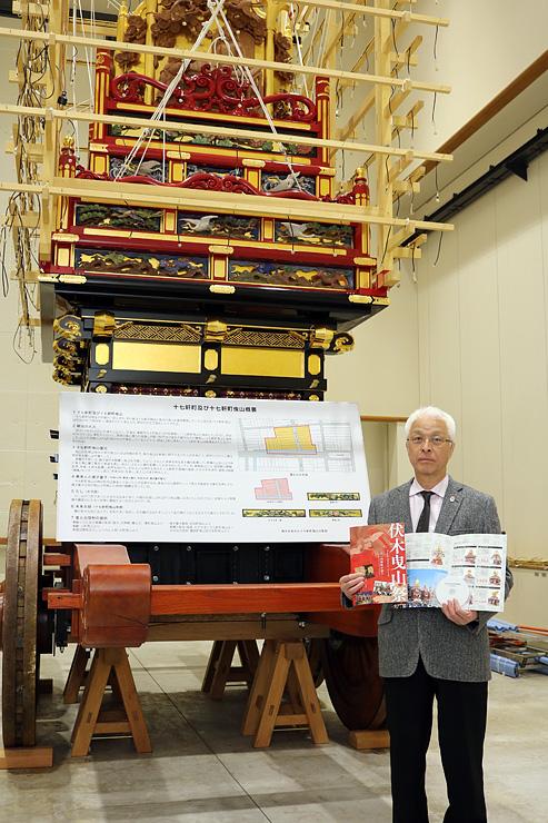 パネルやパンフレットを紹介する塩谷会長=高岡市伏木コミュニティセンター
