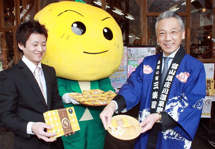 特産ユズを生かしたスイーツ「ゆずまる」を紹介する坂井理事長(右)と関さん=庄川ウッドプラザ