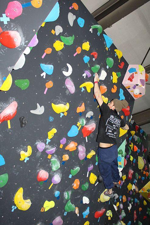ゴールを目指し懸命に壁を登るクライマー=胎内市中条