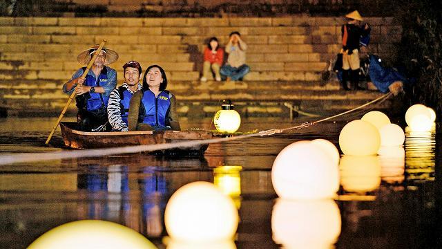 昨年10月に行われた「毛矢の繰舟」で夜間運航を楽しむ人たち=福井市の九十九橋付近