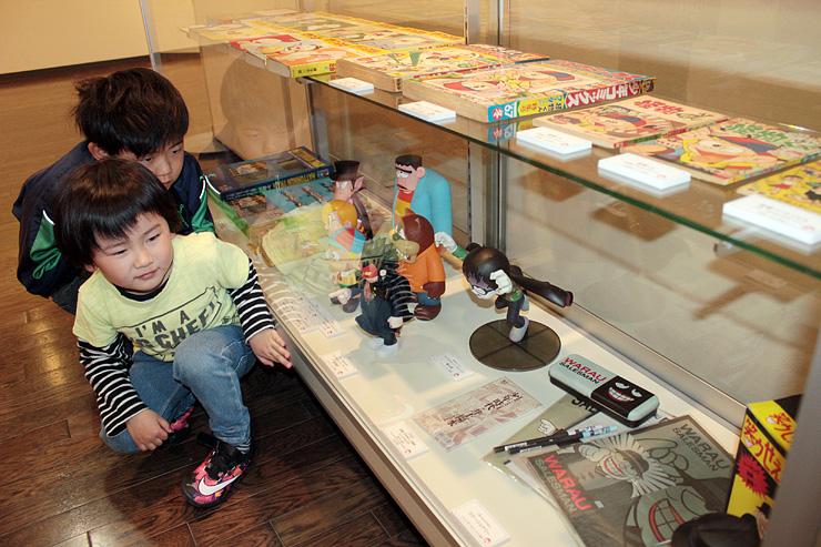 特別展示のキャラクターグッズを見る子どもたち=氷見市潮風ギャラリー
