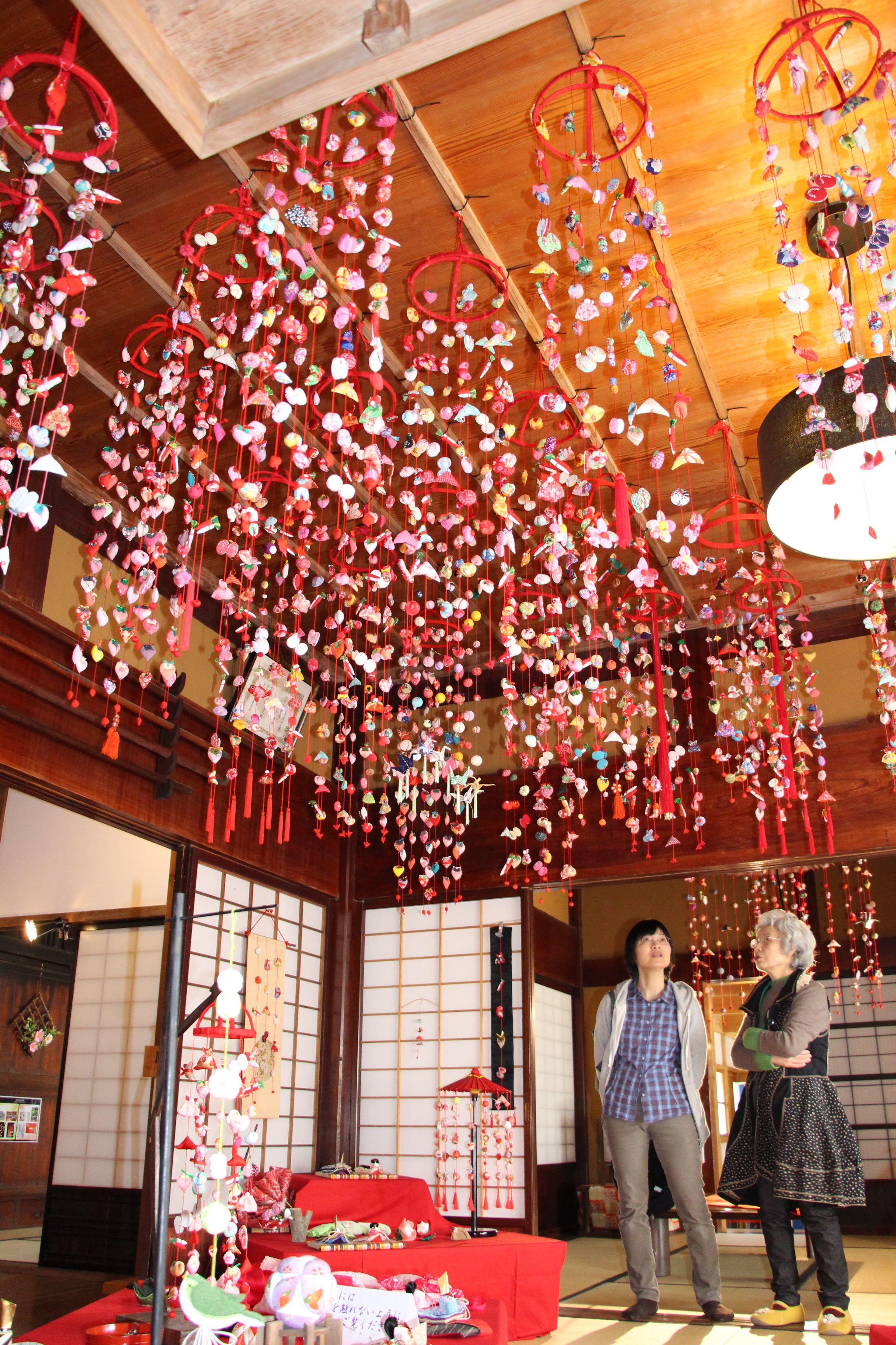 飯塚邸に飾られたつるし雛。約200点が展示されている=1日、柏崎市