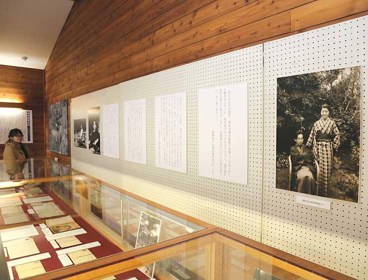 書簡や写真などを並べ、堀辰雄と妻多恵子さんについて紹介している企画展