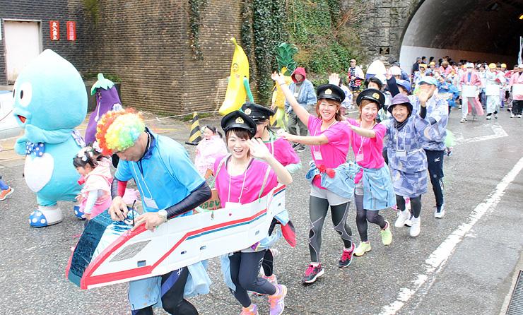 昨年4月の「SPAマラソン」で仮装して走る参加者=黒部市宇奈月温泉