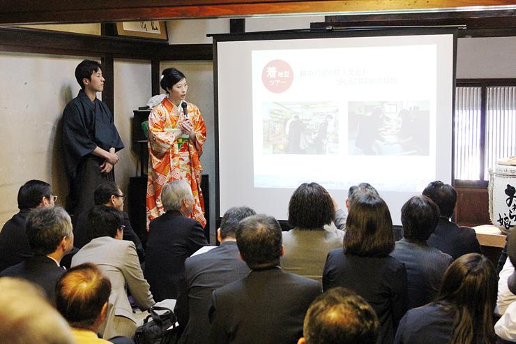 事業内容を説明する原井さん(左から2人目)