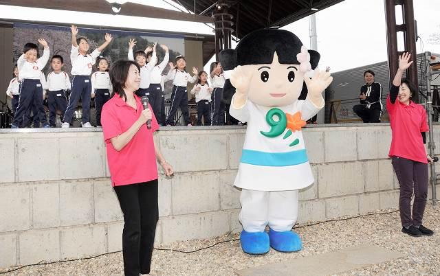園児と一緒に踊りを披露する「おおとのん」=3日、福井県越前市粟田部町の花筐公園