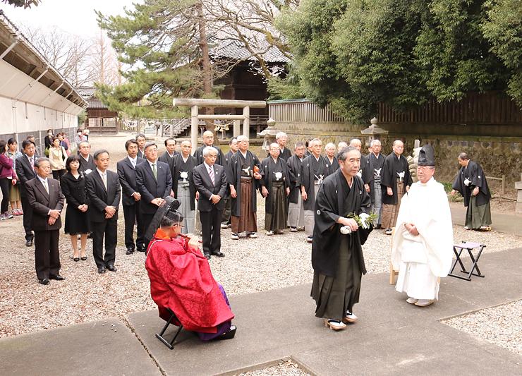 玉串を受け取り御社へ向かう田井会長(手前右から2人目)=高岡関野神社