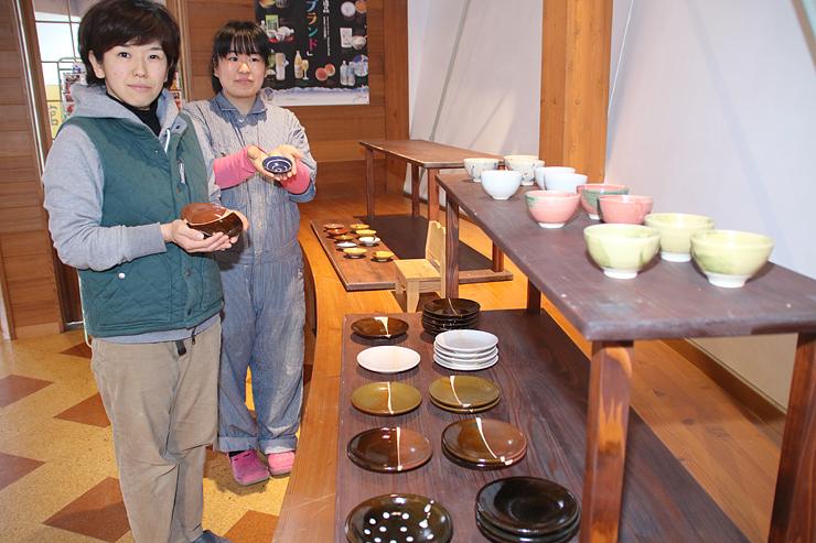 販売スペースで作品を紹介する山田さん(左)と千田さん