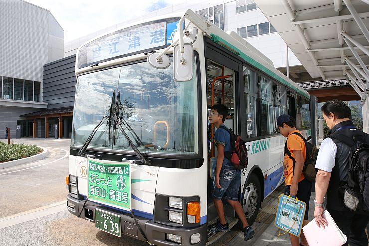 北陸新幹線開業と同時に運行を始めた「ぶらっと春日山・高田号」。4月に大幅減便された=2015年9月、上越妙高駅