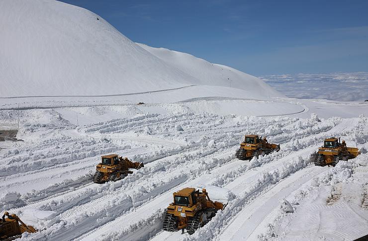 重機による除雪作業が進む室堂ターミナル駐車場=立山・室堂