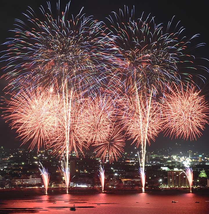 昨年の諏訪湖祭湖上花火大会。実行委員会は大型バス向け観覧席の料金を下げて呼び込みを図る