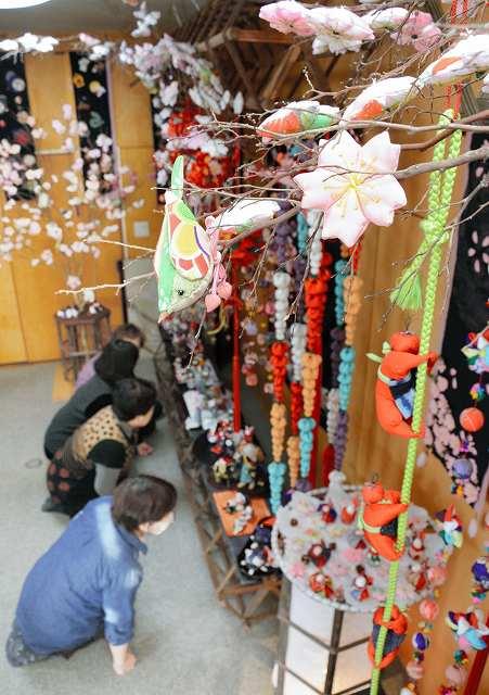 主婦ら17人が手作りした色とりどりのつるし飾りや人形=5日、福井県鯖江市中野町