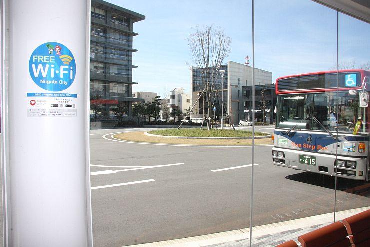 「ニイガタシティーWi-Fi」が使えることを示すマーク=5日、新潟市中央区の市役所前バス停
