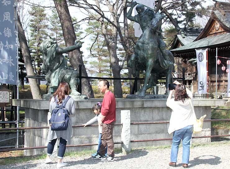 長野市の八幡原史跡公園を訪れた観光客。「真田丸」効果が各地に広がりつつある=6日