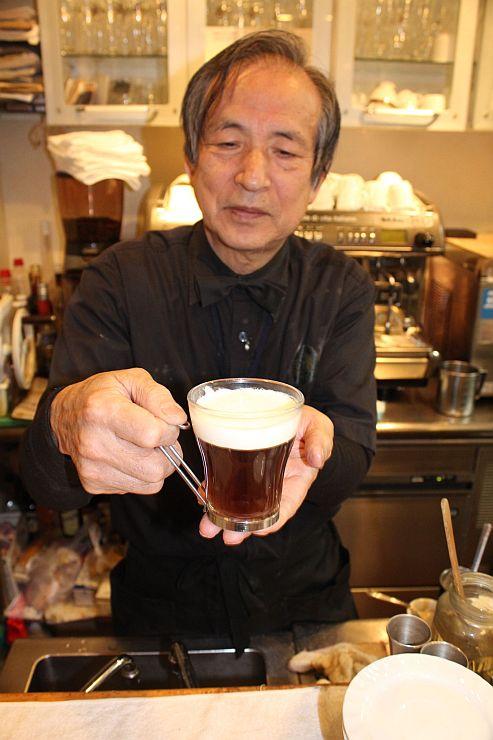 地酒と店舗でいったコーヒーを合わせた酒カフェ。日本酒のほのかな風味も感じられる=長岡市寺島町のカフェド・アミアン