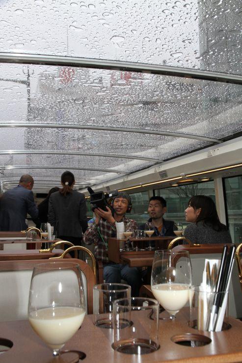 開放的な空間で料理と移動を楽しめるレストランバス=7日、新潟市中央区
