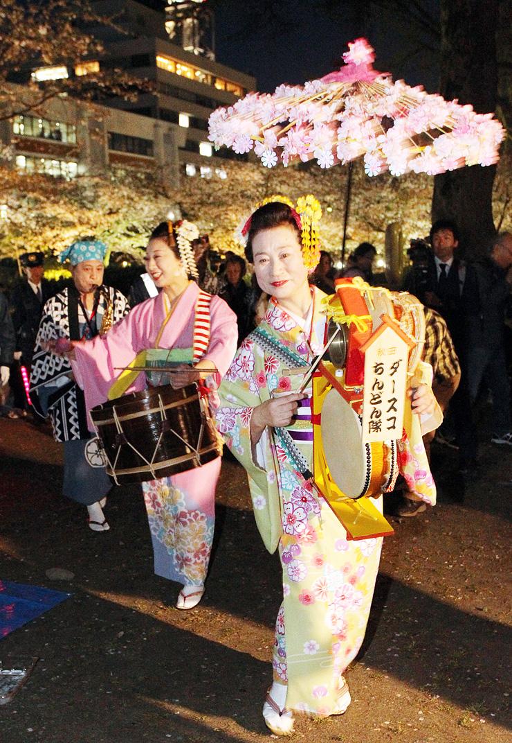 チンドンマンが軽快な音色を奏でた「幽玄ちんどん夜桜流し」=富山城址公園