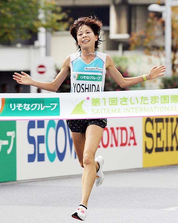 さいたま国際マラソンで2位でゴールする吉田さん。TOGA天空トレイルランにゲストランナーとして参加する
