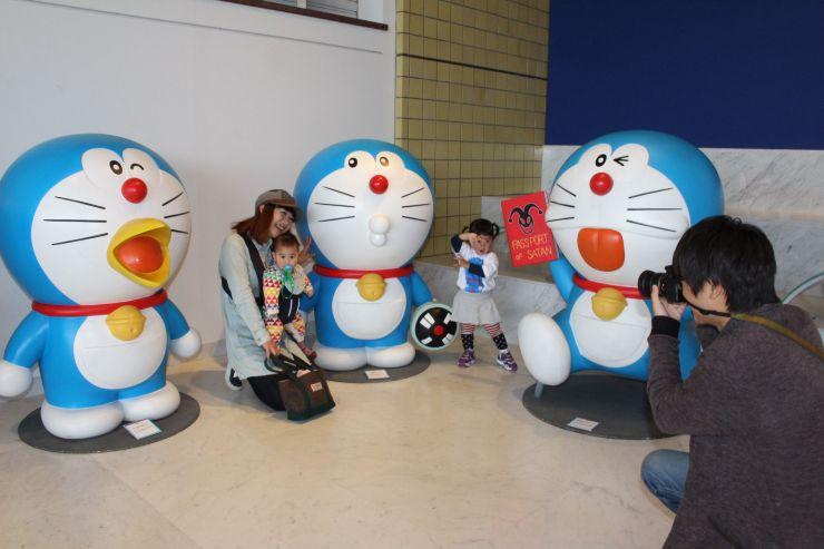 等身大のドラえもん像などが展示された「藤子・F・不二雄展」=9日、新潟市秋葉区の市新津美術館