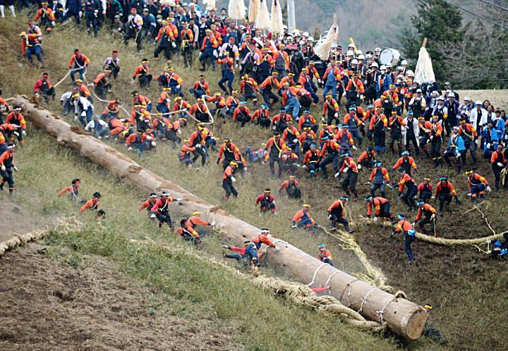 下社山出し最終日、土煙をあげながら木落し坂を一気に下る最も太い「秋宮一」=10日午後5時54分、下諏訪町