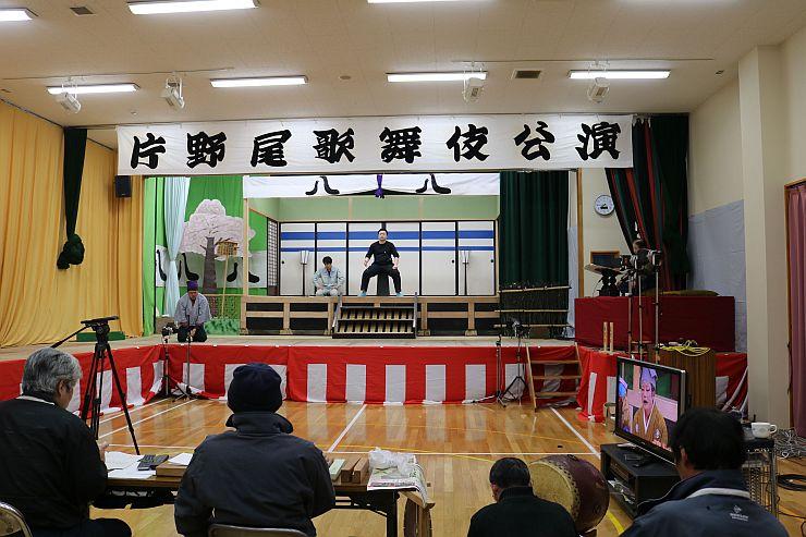 公演本番へ向け、出演者らがめりはりのある動きを見せ練習に励んでいた(佐渡市片野尾)