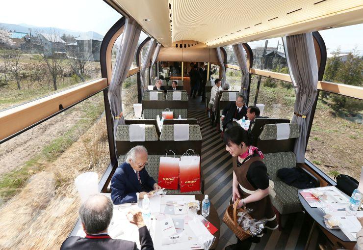 リゾート列車「雪月花」の車内。大きな窓から景色を広く望むことができる=12日