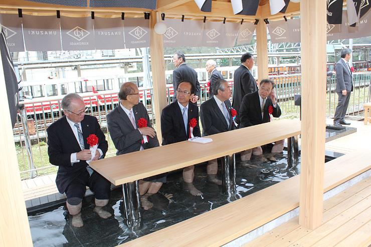 富山地鉄宇奈月温泉駅ホームにオープンした足湯