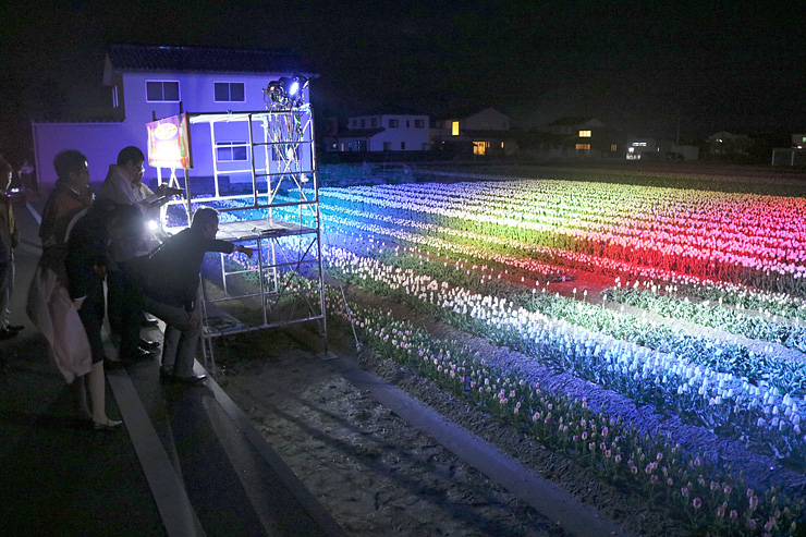 光の強さや色彩の広がりなどを確認した試験点灯