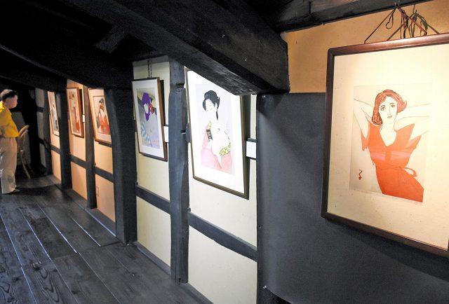 岩野市兵衛さんがすいた和紙に刷った美人画が並ぶ作品展=15日、福井県越前市新在家町の卯立の工芸館