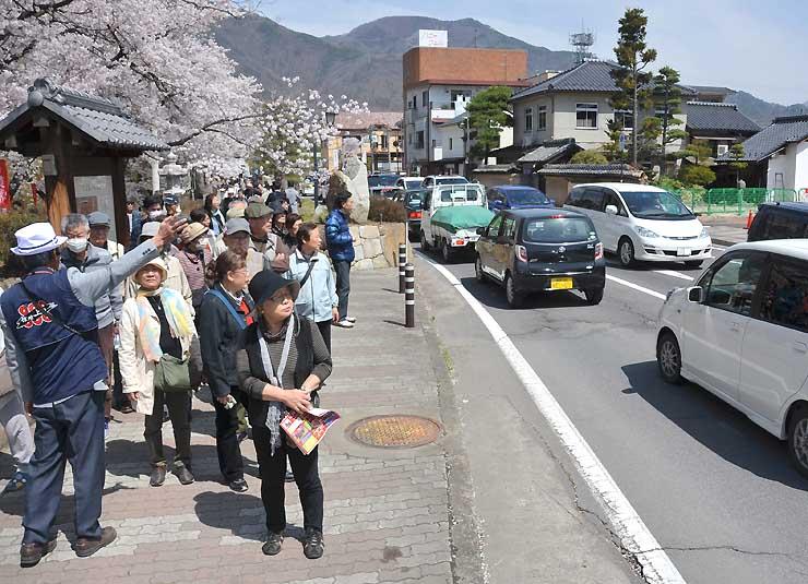 週末に観光客らの車で混雑する上田城跡公園東側の市道=9日