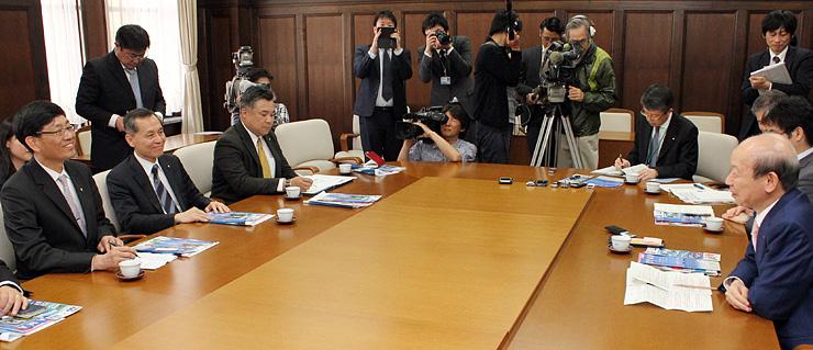 石井知事(右)と懇談する中華航空の張総経理(左)=県庁
