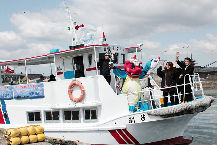 発着場から出航する遊覧船「若潮」