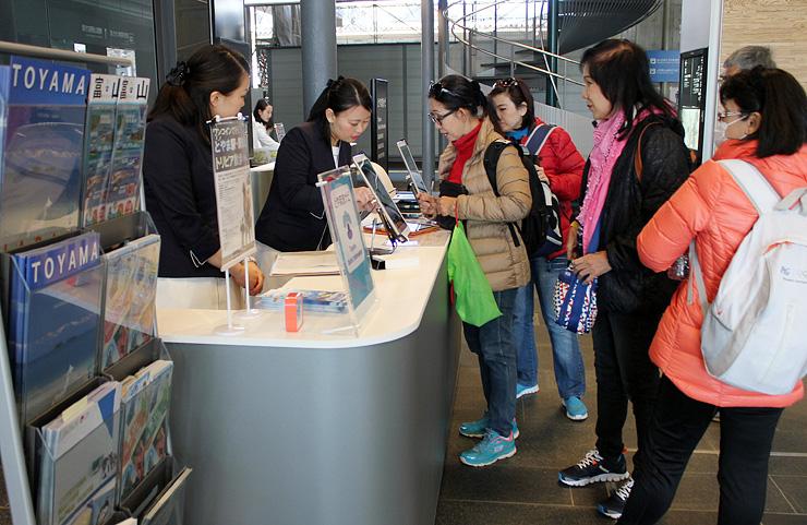 英語と中国語で対応する、外国人旅行者向け観光カウンター=富山駅
