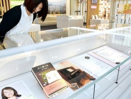 宮下奈都さんが「羊と鋼の森」を執筆するきっかけとなった自宅ピアノの写真などが並ぶ特集展=16日、福井市の県ふるさと文学館