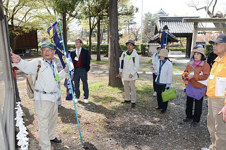 松本城北側の松本神社で、案内人(左)の説明に耳を傾ける参加者