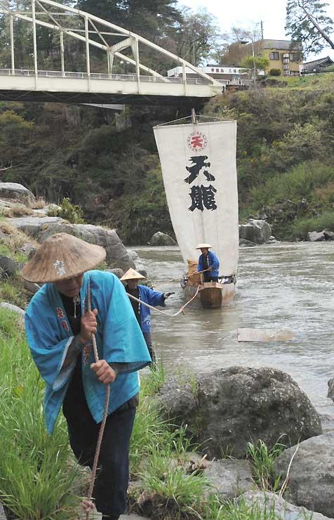 ロープで引かれて天竜川を上る帆掛け舟