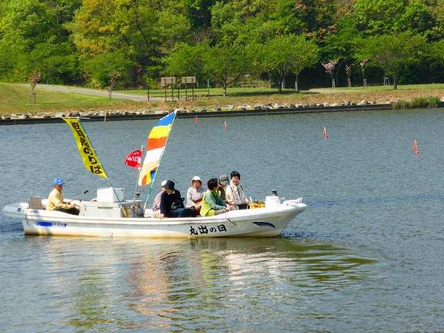 吉崎舟まいりで景色を楽しむ参加者=2015年4月、福井県あわら市の北潟湖