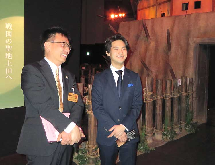 市職員の案内で「信州上田真田丸大河ドラマ館」を見学する三浦さん(右)