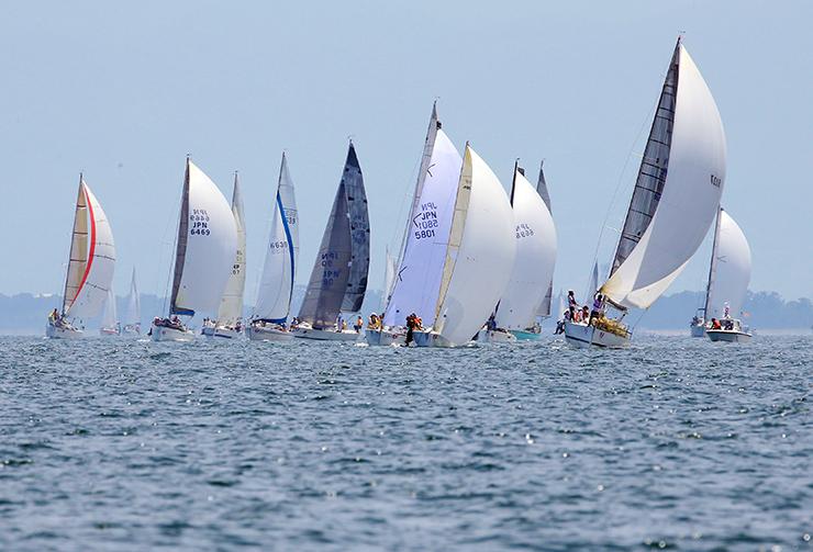 前回の富山大会で、海風を受けながら快走するヨット=昨年7月、富山市四方沖