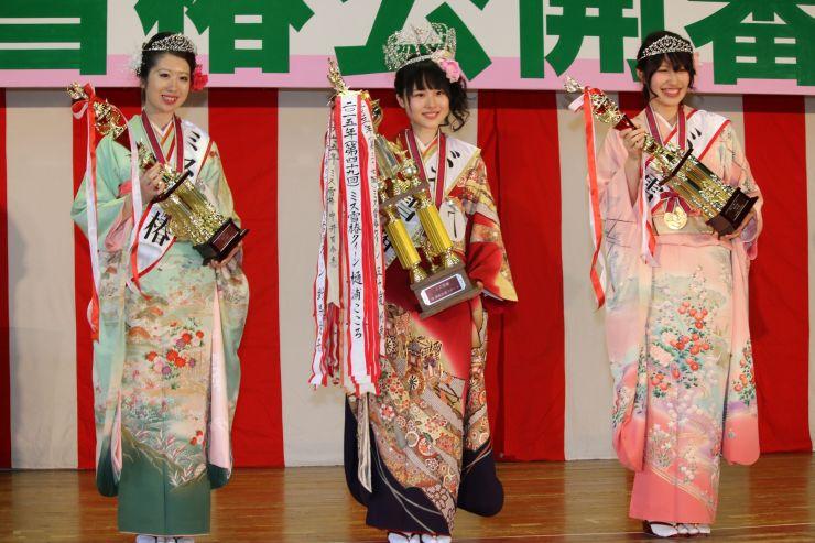 ミス雪椿クイーンに選ばれた南雲満里奈さん(中央)と、ミス雪椿の野俣佳那さん(左)、藤田茜さん=17日、加茂市