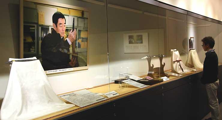 高倉さんの写真とともに高倉さんが所蔵した刀などを並べた企画展