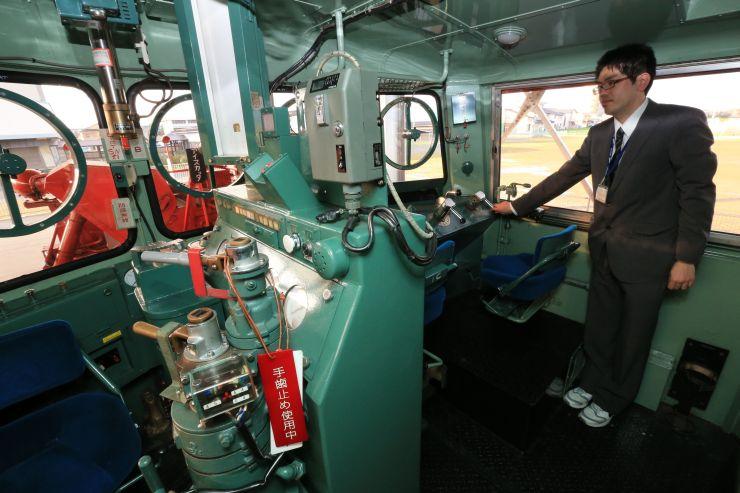 定期公開が始まる車両の運転席=新潟市秋葉区の新津鉄道資料館