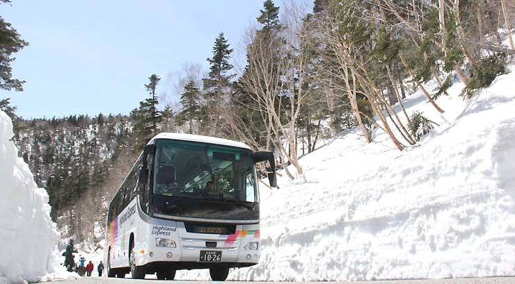 除雪が終わった県道で行った春山バスの試運転