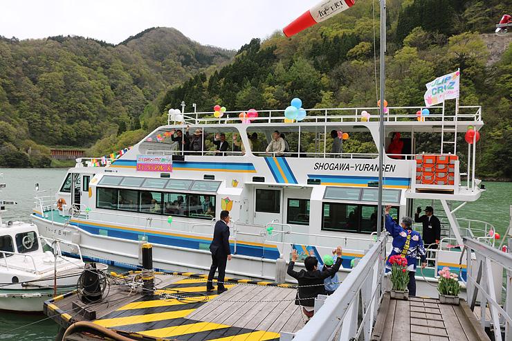 招待客を乗せて出航するチューリップクルーズ=庄川遊覧船