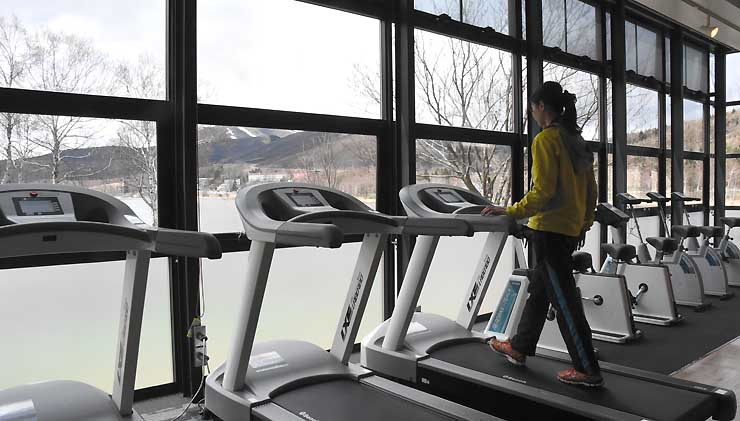 白樺湖の風景を楽しみながら運動できる「いきいきヘルスアップスタジオ」