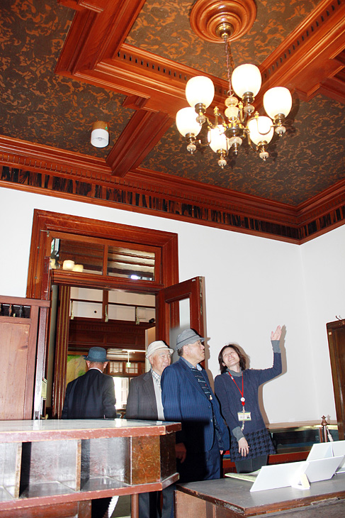 旧中越銀行本店の建築を紹介する展示。洋風の内装の旧頭取室も紹介されている=砺波郷土資料館