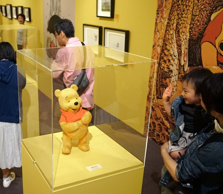 縫いぐるみやアニメ映画で使われたセル画などが並ぶ展示会場